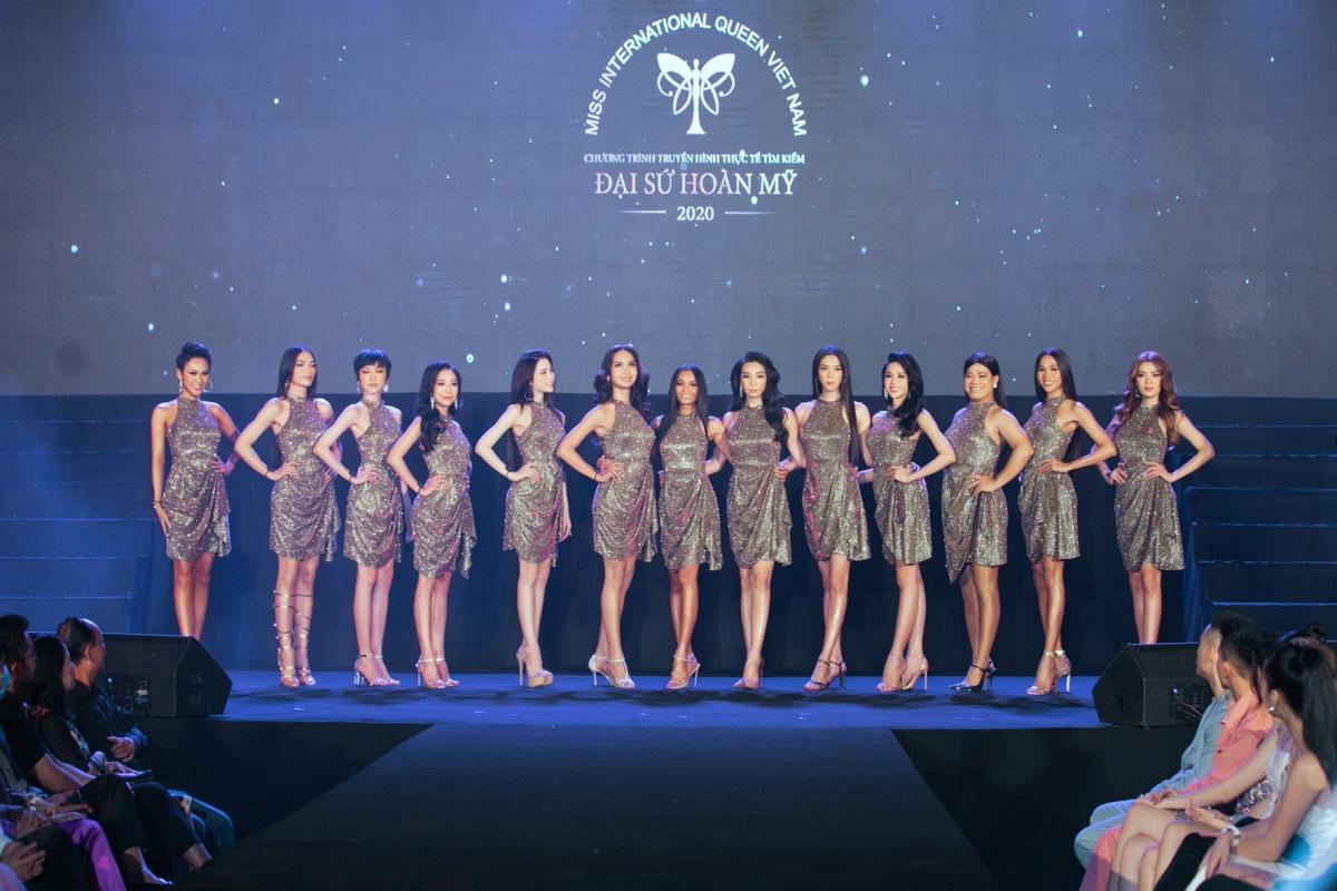 Top 13 thí sinh xuất sắc mở màn đêm chung kết.