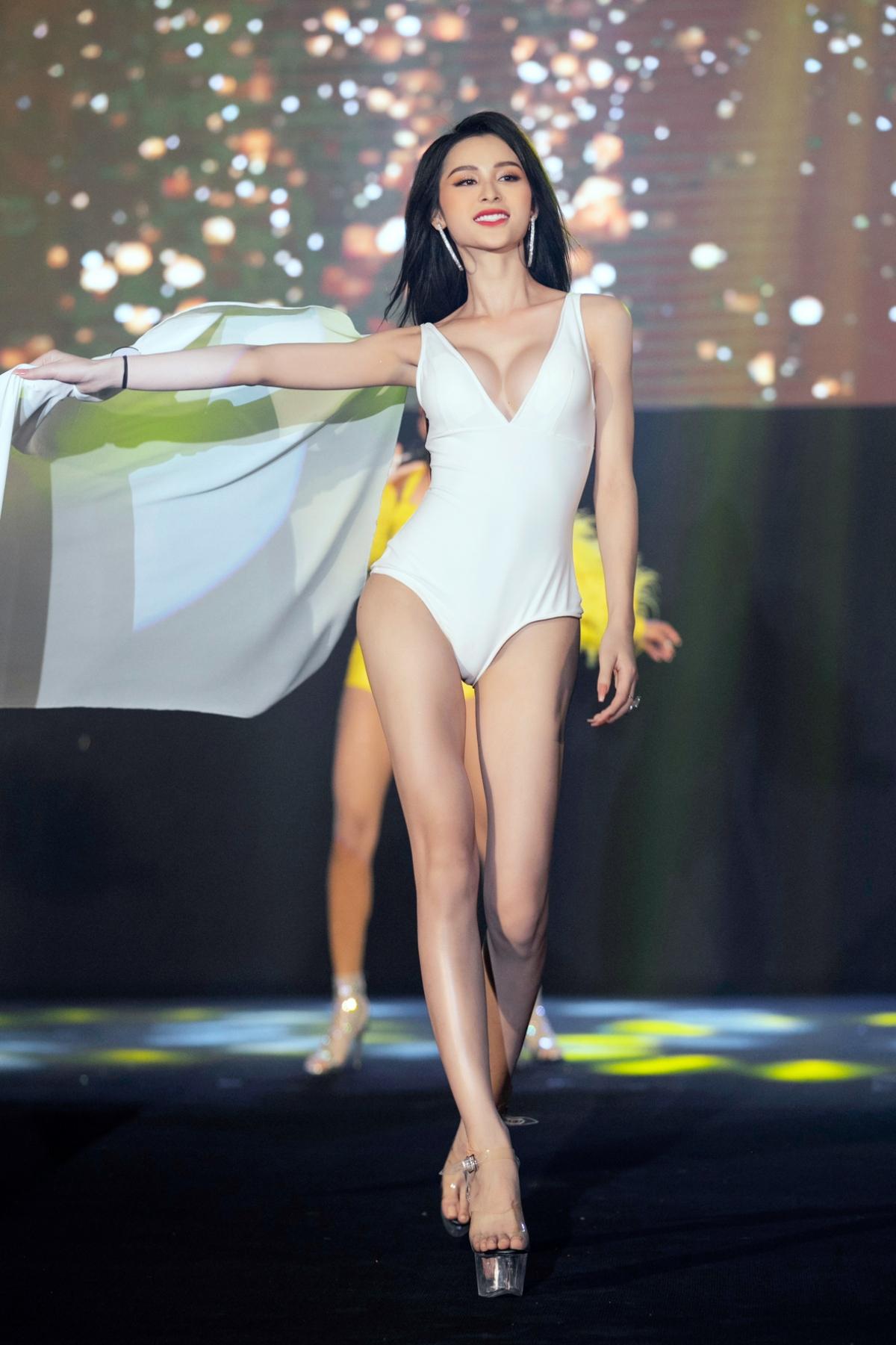 Các thí sinh trình diễn phần thi bikini.