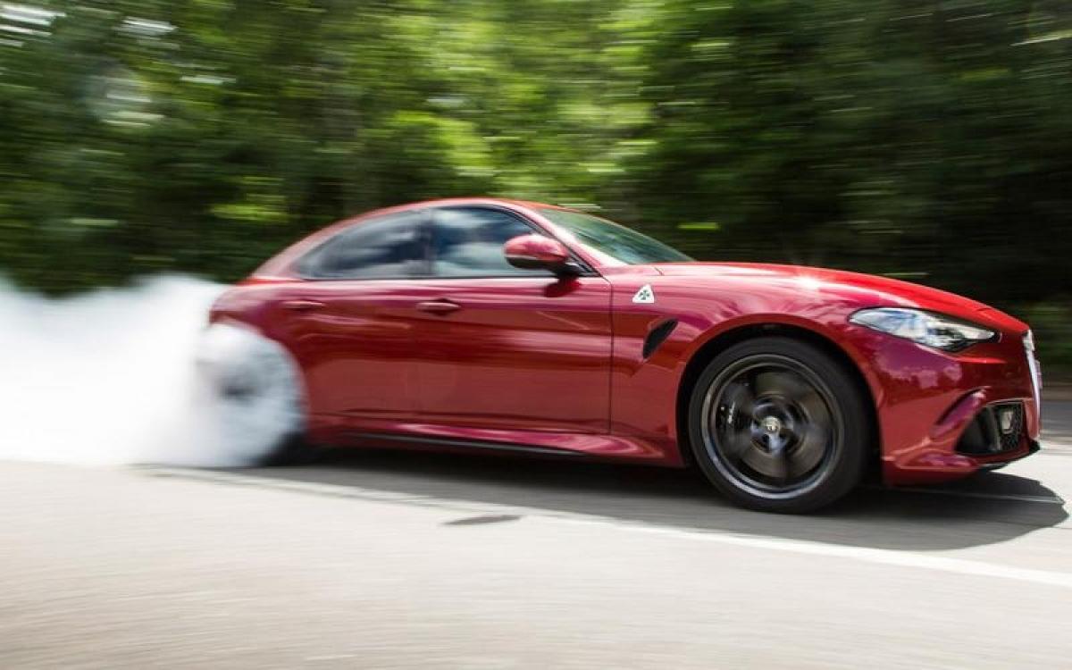 Alfa Romeo Giulia Quadrifoglio – 307,51 km/h: Với công suất 510 mã lực, Alfa không phải chiếc xe hiệu suất bốn cửa mạnh nhất nhưng lại sở hữu tỷ lệ công suất trên trọng lượng tốt nhất trong phân khúc. Phiên bản giới hạn GTAm có công suất 540 mã lực với trọng lượng nhẹ hơn 100 kg so với GTA động cơ V6 2.9 L tiêu chuẩn cùng khả năng tăng tốc 0-100 km/h trong 3,9 giây và tốc độ tối đa 307,51 km/h.