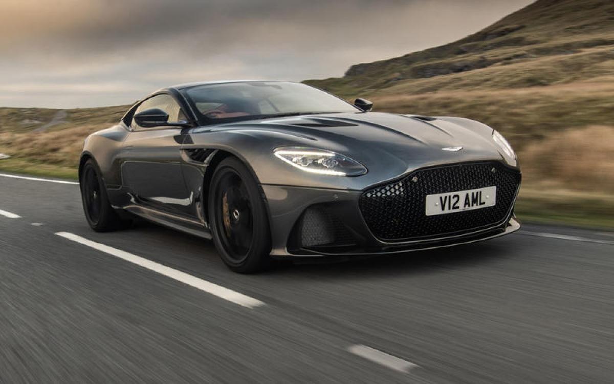 Aston Martin DBS Superleggera – 339,71 km/h: Với khối động cơ V12 twin-turbo 5.2 L sản sinh công suất 715 mã lực thật dễ hiểu khi mẫu xe này có khả năng tăng tốc từ 0-100 km/h trong 3,4 giây.