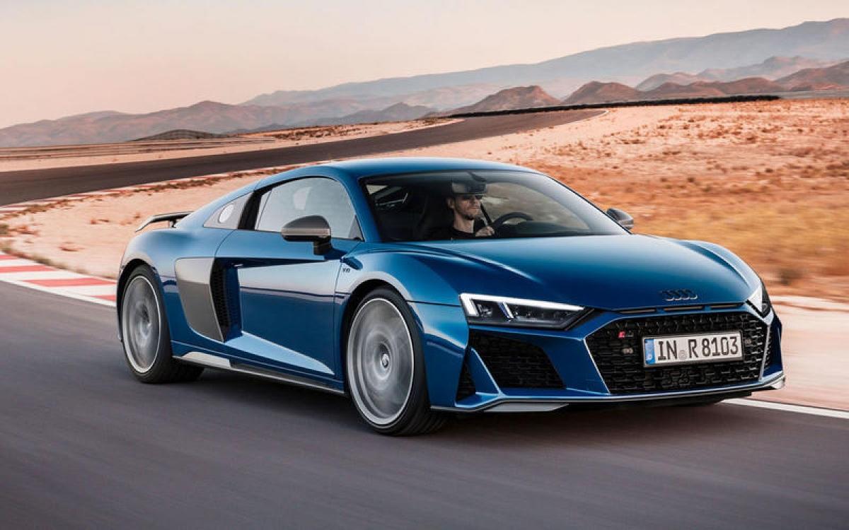 Audi R8 V10 Performance – 330 km/h: Phiên bản R8 V10 Performance mạnh mẽ hơn phiên bản R8 cầu sau tiêu chuẩn nhờ động cơ dung tích 5.2 L sản sinh công suất 611 mã lực và dẫn động bốn bánh. Khả năng tăng tốc ấn tượng 0-100 km/h trong 3,1 giây.