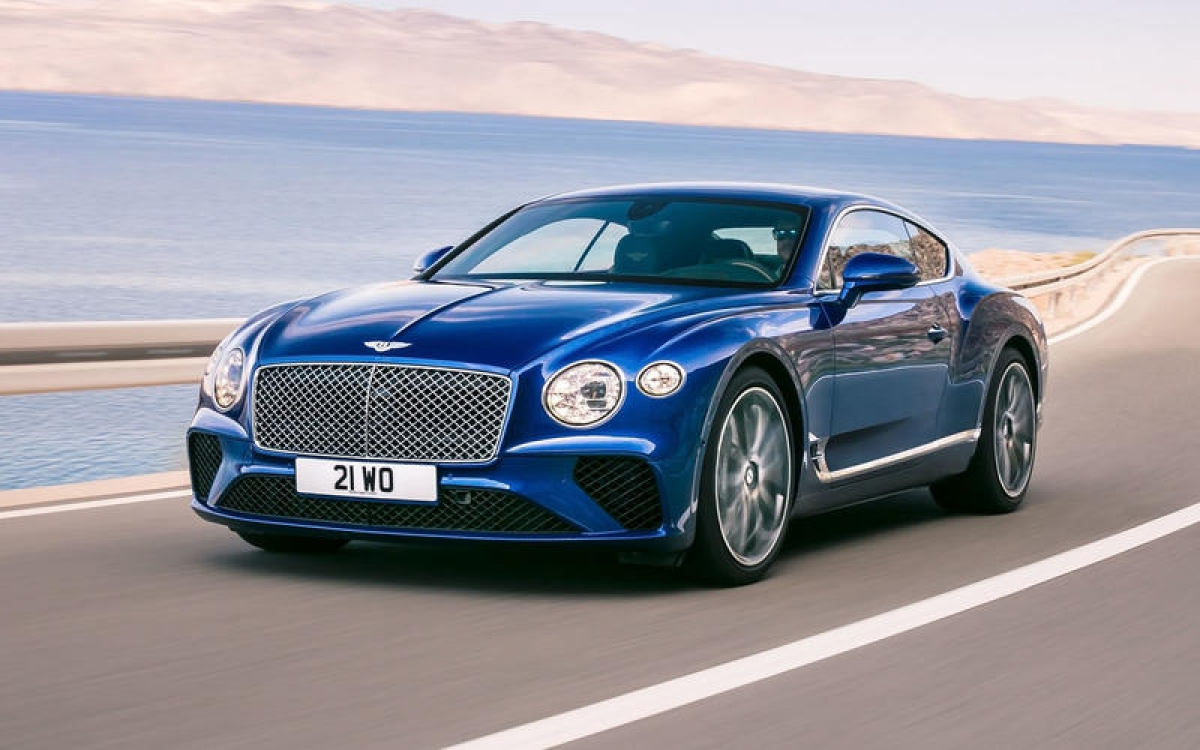 Bentley Continental GT – 333 km/h: Điều khiến một chiếc coupe sang trọng như Bentley Continental GT xuất hiện trong danh sách này là nhờ khối động cơ tăng áp W12 6.0 L sản sinh công suất 635 mã lực cùng khả năng tăng tốc 0-96 km/h trong 3,6 giây.