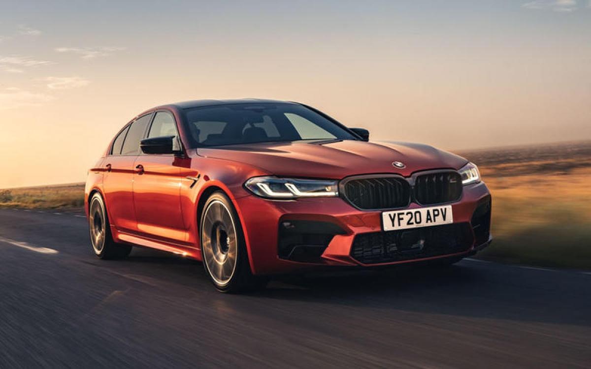BMW M5 Competition – 304 km/h: Để trở thành chiếc xe nhanh nhất trong dòng sản phẩm của BMW, gói M Driver đã được áp dụng cùng với khối động cơ V8 4.4 L 625 mã lực. Và nhằm khai thác hết tiềm năng phi nước đại của chiếc M5, BMW đã phải tháo rời động cơ khỏi những liên kết điện tử, điều này vô tình làm mất đi tiếng gầm của động cơ V8.