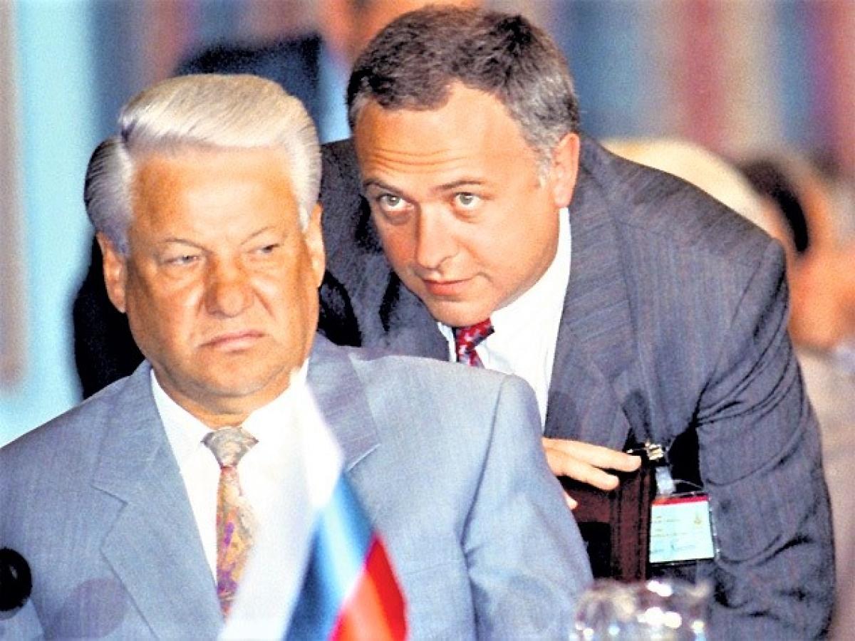 Tổng thống Nga Yeltsin và Bộ trưởng Ngoại giao Kozyrev (phải); Nguồn ảnh: ruposters.ru
