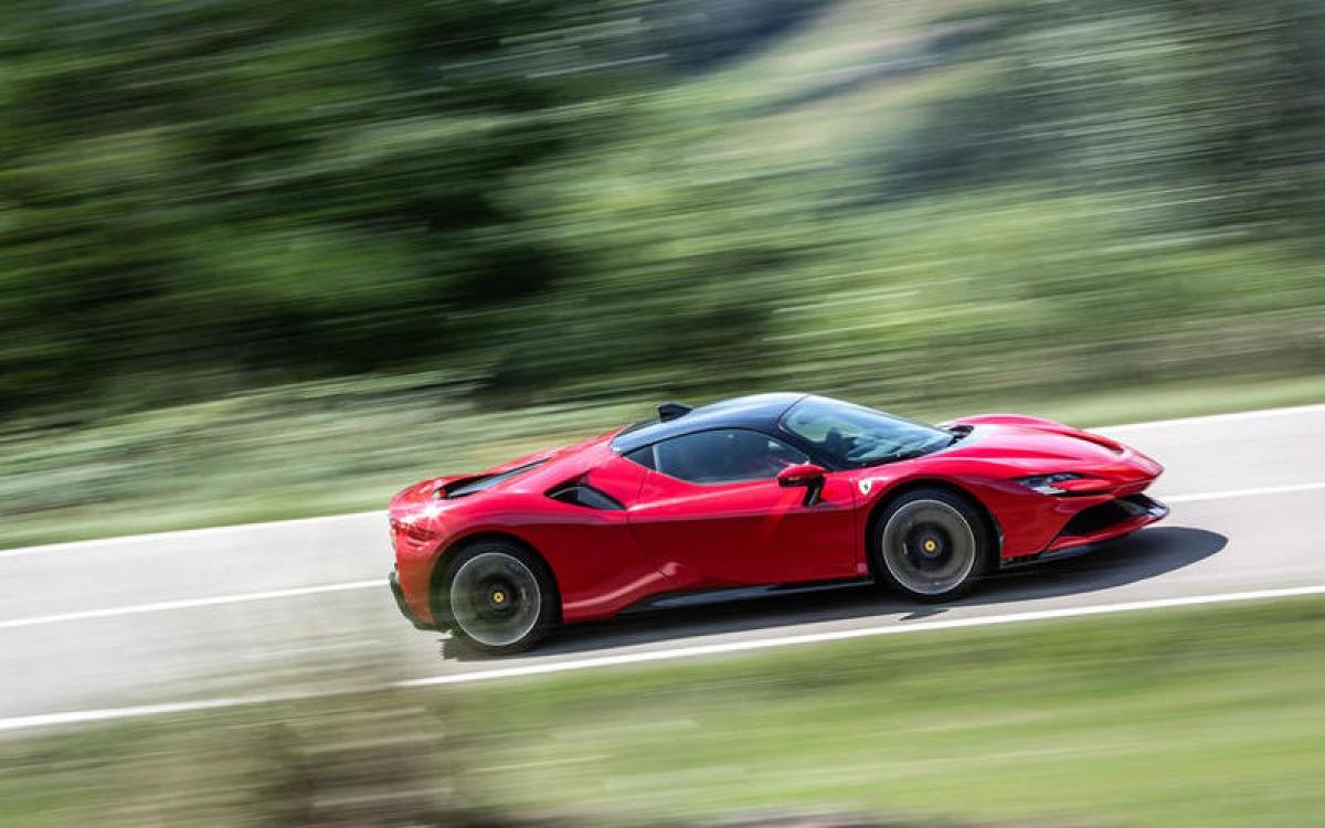 Ferrari SF90 Stradale – 339 km/h: Hệ thống truyền động hybrid của SF90 sản sinh công suất tối đa 986 mã lực với 770 mã lực đến từ động cơ xăng V8 và phần còn lại đến từ 3 mô tơ điện. Xe có khả năng tăng tốc từ 0-100 km/h trong 2,5 giây.