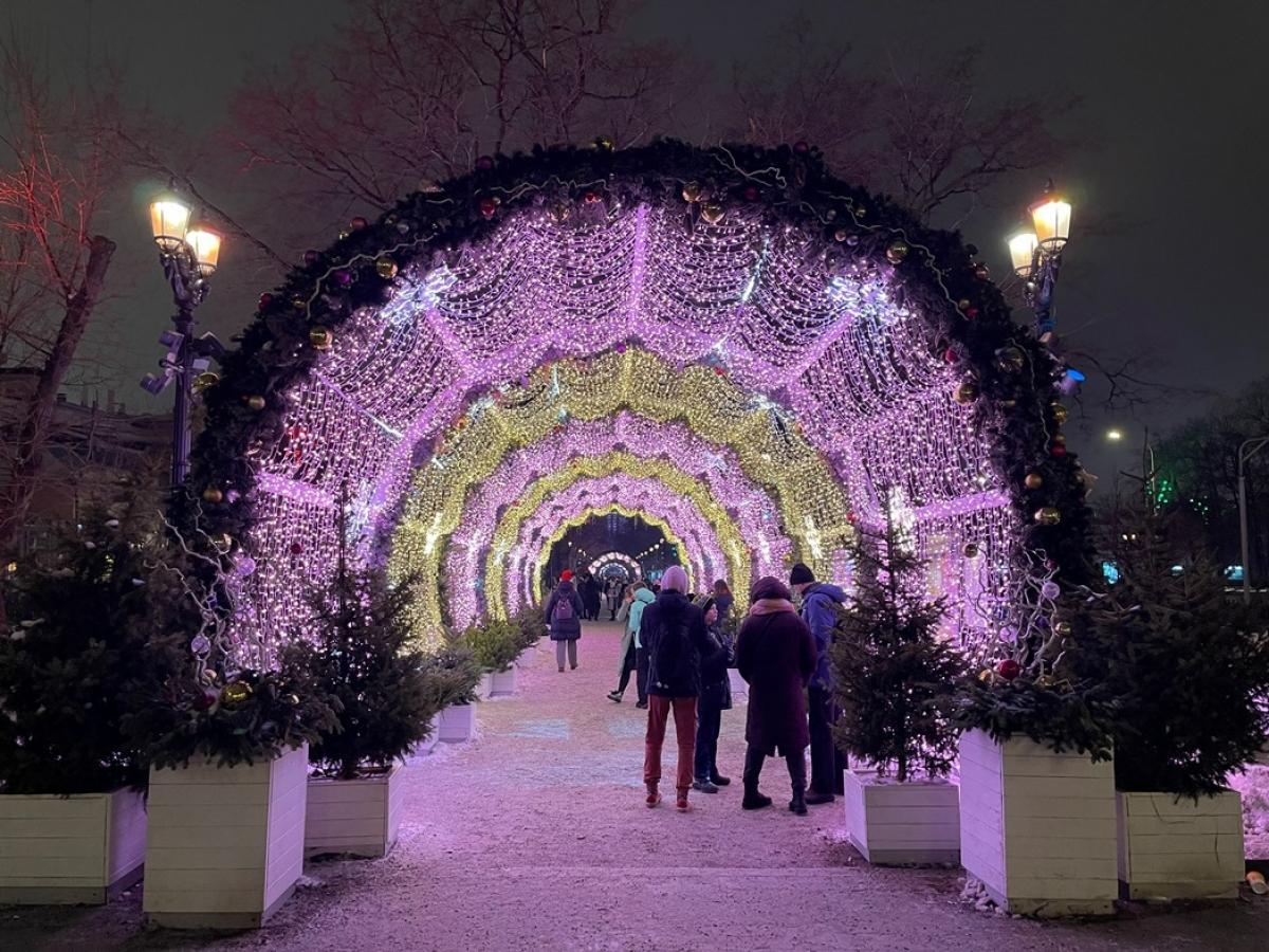 Đường hầm ánh sáng trên phố Tver thu hút đông người đến đi dạo, chụp ảnh.