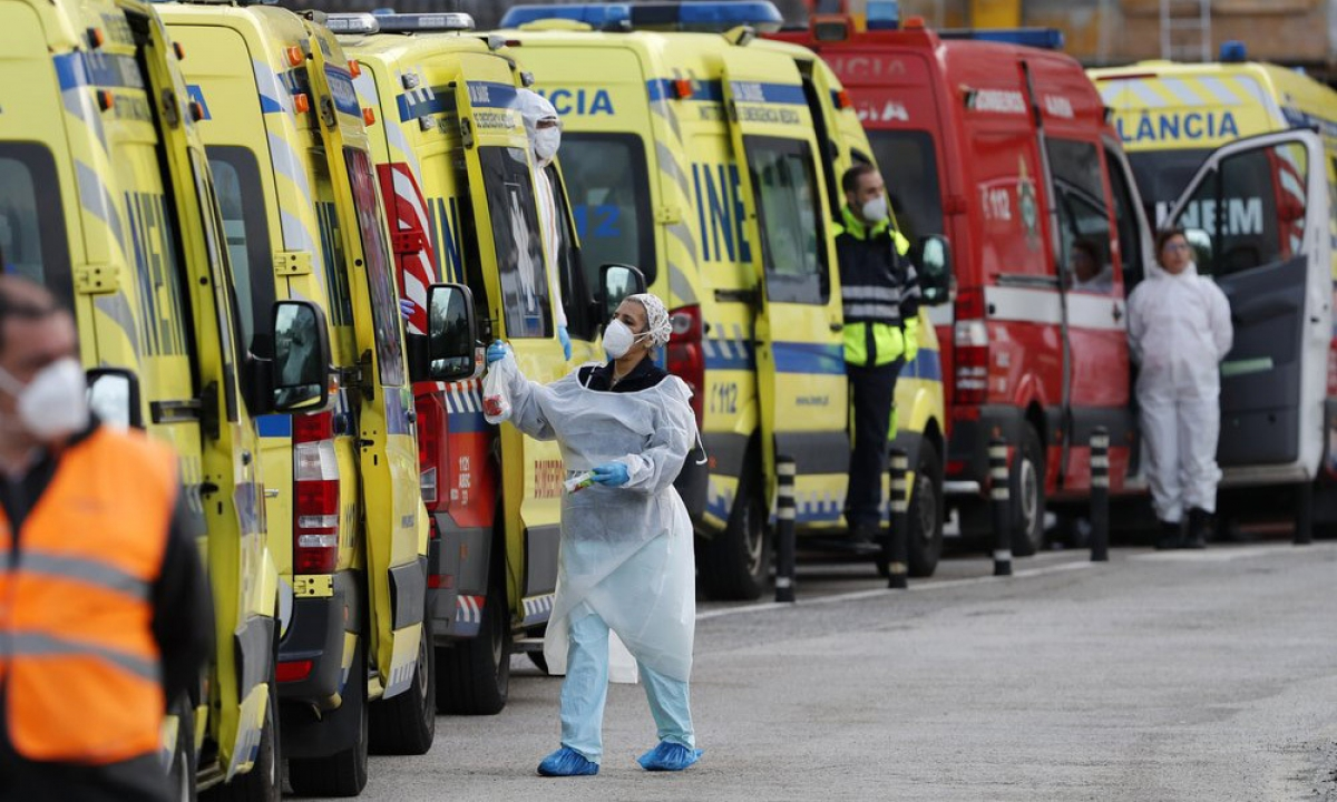 Xe cứu thương chở bệnh nhân mắc Covid-19 xếp hàng bên ngoài bệnh viện Santa Maria ở Lisbon (Bồ Đào Nha) ngày 22/1. Ảnh:AP