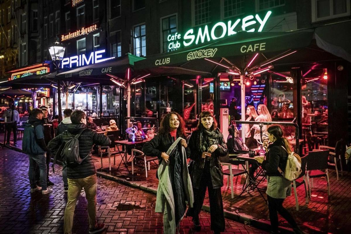 Những quán cà phê và cần sa là điểm du lịch nổi tiếng của Amsterdam. Nguồn: Ramon Van Flyemen/AFP/Getty Images.