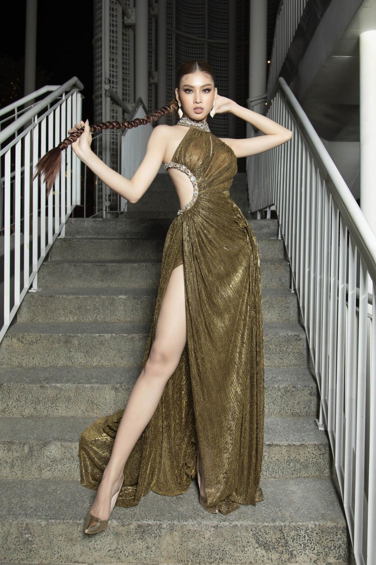 Bộ váy giúp tôn lên triệt để đôi chân dài 1m11 của người đẹp.