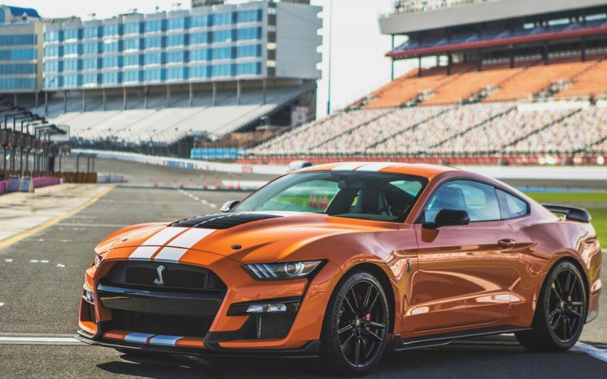 Ford Shelby GT500 – 289,8 km/h: Động cơ siêu tăng áp V8 5.2 L sản sinh công suất 749 mã lực cùng hộp số ly hợp kép 7 cấp để chuyển số nhanh hơn giúp xe có khả năng tăng tốc từ 0-100 km/h trong 3,3 giây.