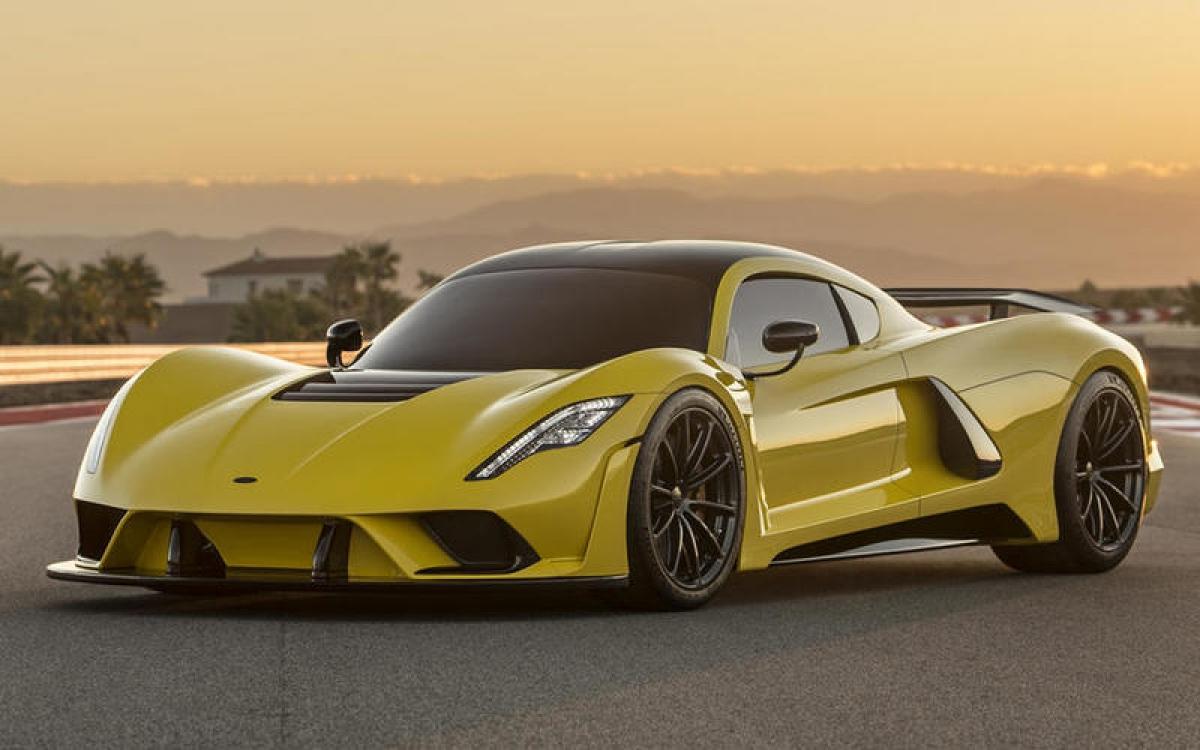 Hennessey Venom F5 – 500 km/h: Điều khiến đây là chiếc xe nhanh nhất thế giới là nhờ động cơ Fury V8 6.6 L do Hennessey sản xuất. Động cơ tăng áp kép sản sinh công suất 1.817 mã lực, trọng lượng tổng thế được giữ ở mức 1.360 kg để cho tỷ lệ công suất/trọng lượng 1,34 mã lực/kg. Thân xe được làm bằng sợi carbon với ý đồ giảm lực cản khí động học giúp chiếc F5 đạt tốc độ tối đa.