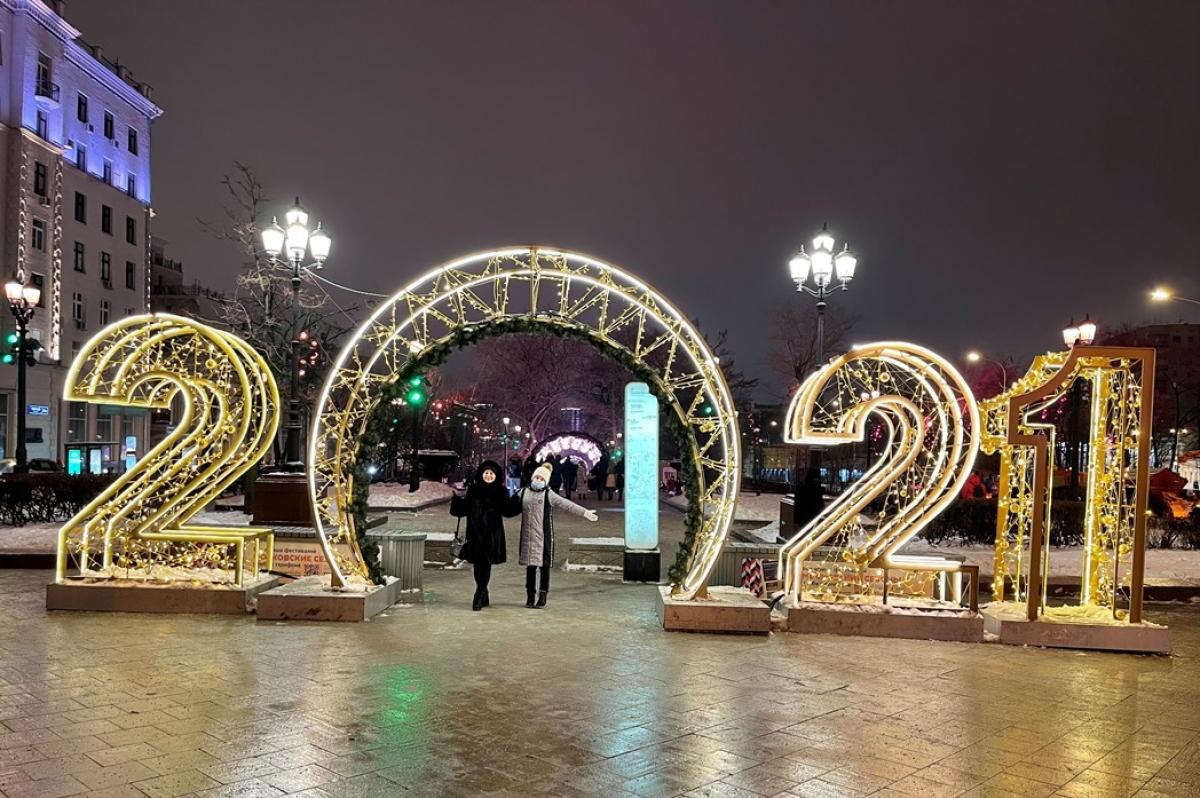 Con số năm mới 2021 được trang trí ở nhiều nơi.