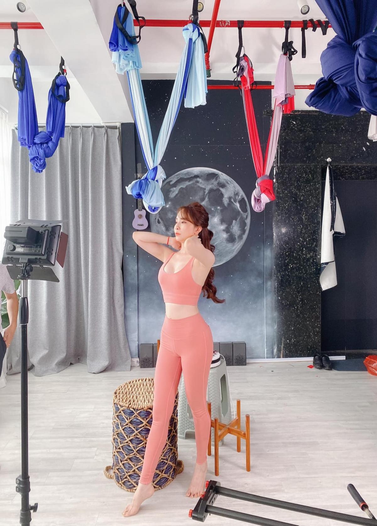 Nhận thức được lợi thế ngoại hình, Quỳnh Nga rất tích cực khoe những hình ảnh gợi cảm khi đi tập gym.