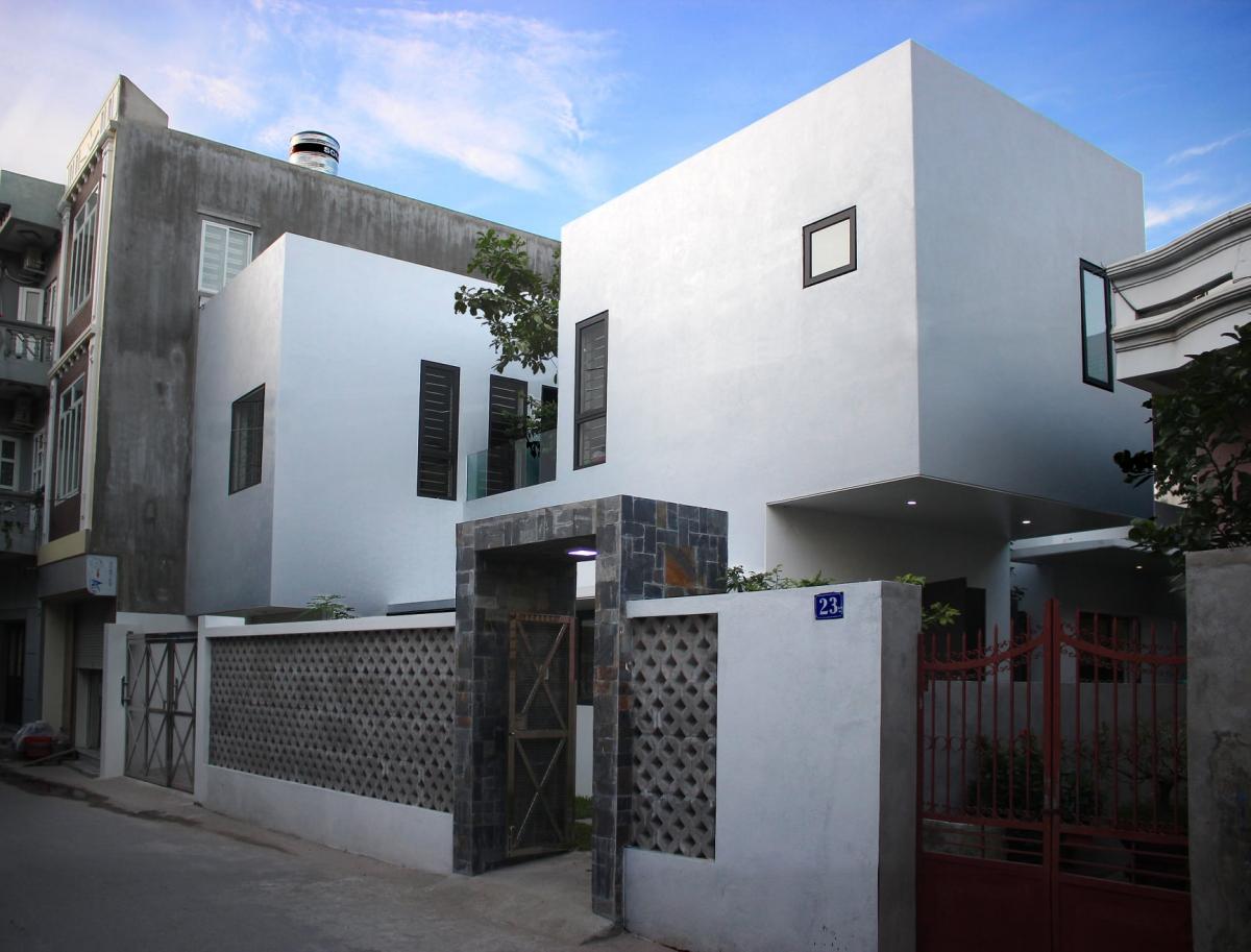 Ngôi nhà nằm trong khu dân cư cũ khá đông đúc, mặt tiền hướng Tây nên gia chủ quyết định một mặt đứng khá kín đáo, tường 3 lớp cách nhiệt, giấu nội thất và kiến trúc độc đáo ở bên trong.