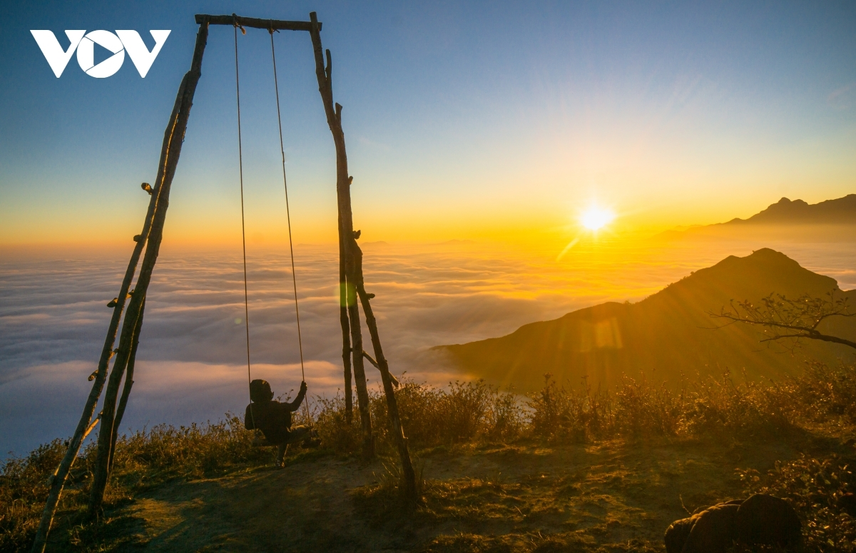 Guests can witness an epic view of the sunrise from the Ky Quan San mountain peak.