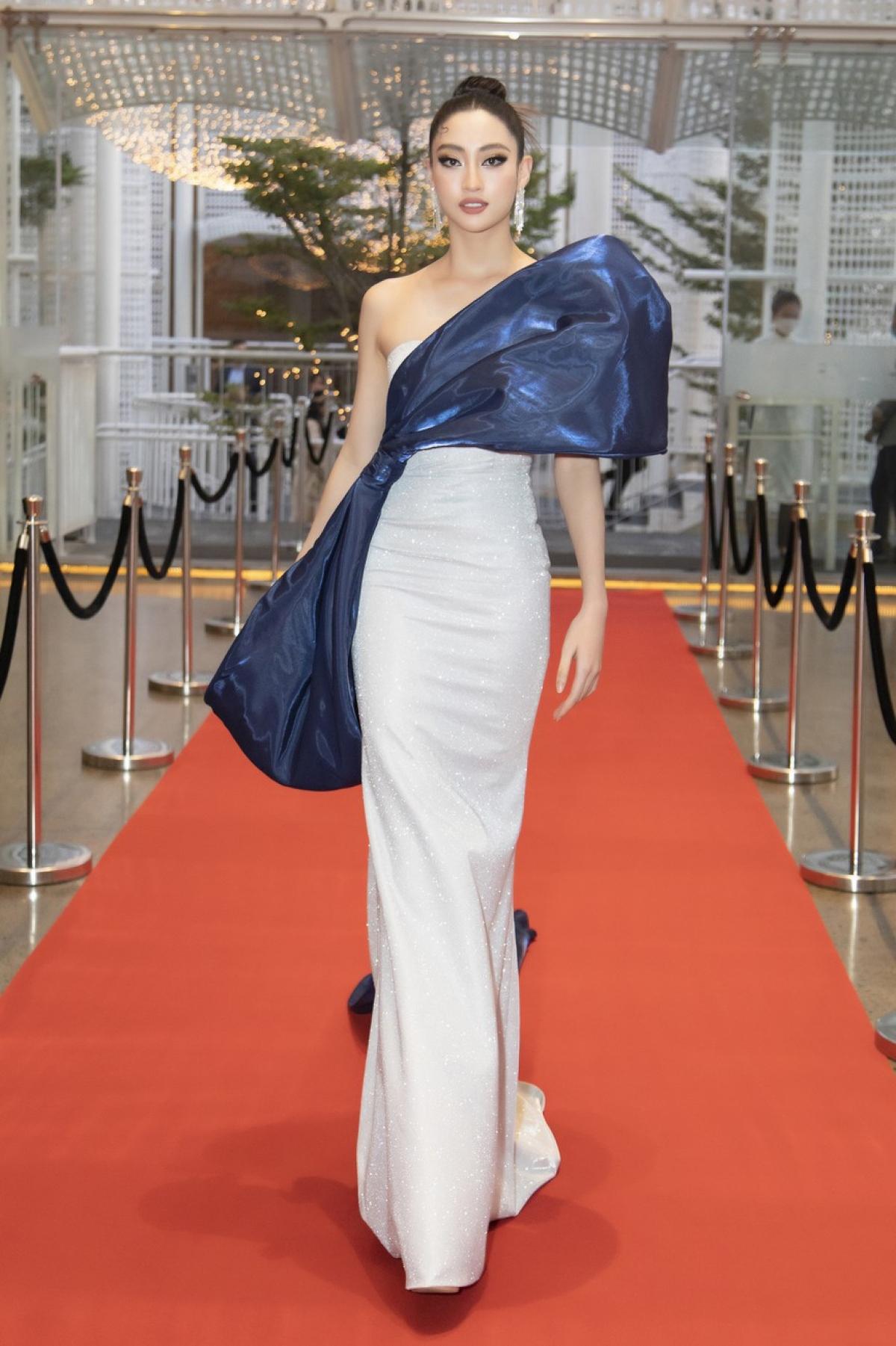 Hoa hậu Lương Thùy Linh tỏa sáng trên thảm đỏ với bộ váy chi tiết đính nơ to bản đẹp mắt.