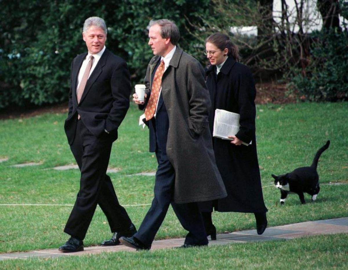 Chú mèo Socks tha thẩn đi sau Tổng thống Bill Clinton, Thư ký báo chí Nhà Trắng Mike McCurry và Phó Chánh văn phòng Sylvia Matthews ở bãi cỏ Nhà Trắng ngày 6/3/1997.