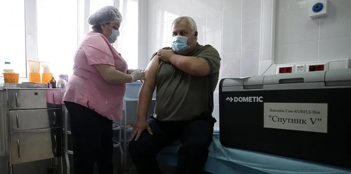 Với số ca mắc Covid-19 đứng thứ tư thế giới, Nga đã bắt đầu triển khai tiêm chủng quy mô lớn vaccine Sputnik-V từ giữa tháng 12/2020. Ảnh: TASS.