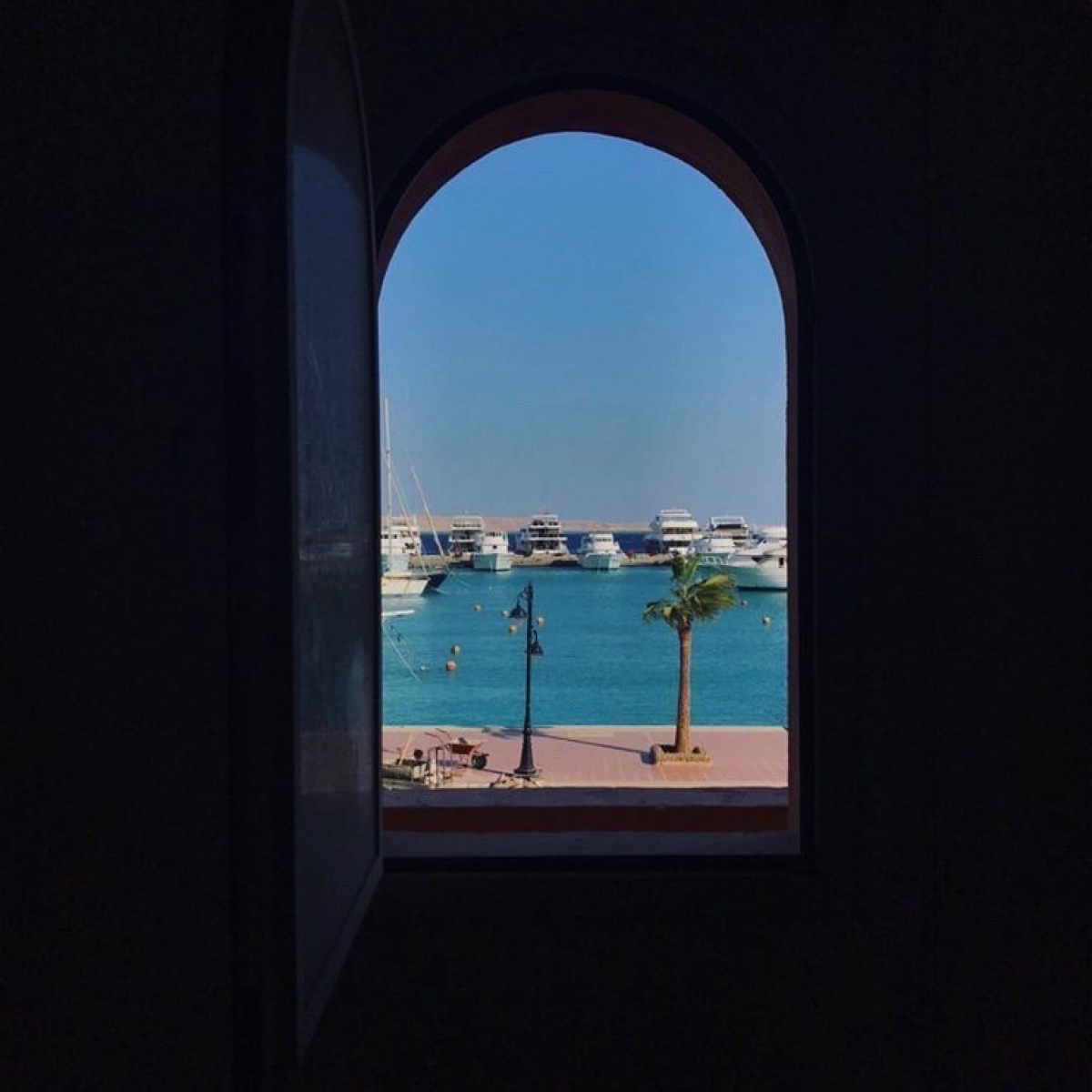 Khung cửa sổ tại New Marina, Hurghada, Ai Cập.Nguồn: windowswap