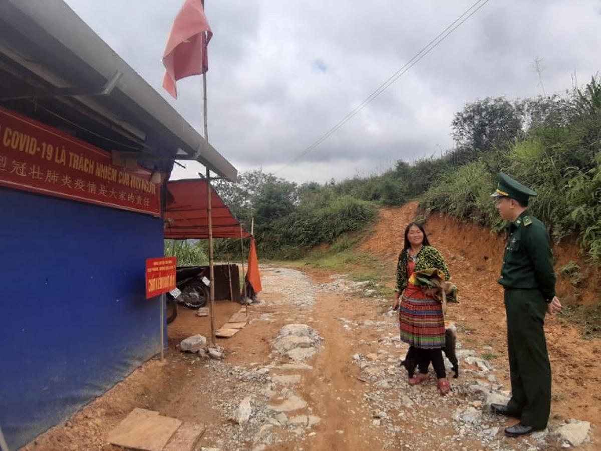 Bộ đội Biên phòng tuyên truyền cho người dân về hình thức xử lý khi xuất nhập cảnh trái phép qua biên giới.