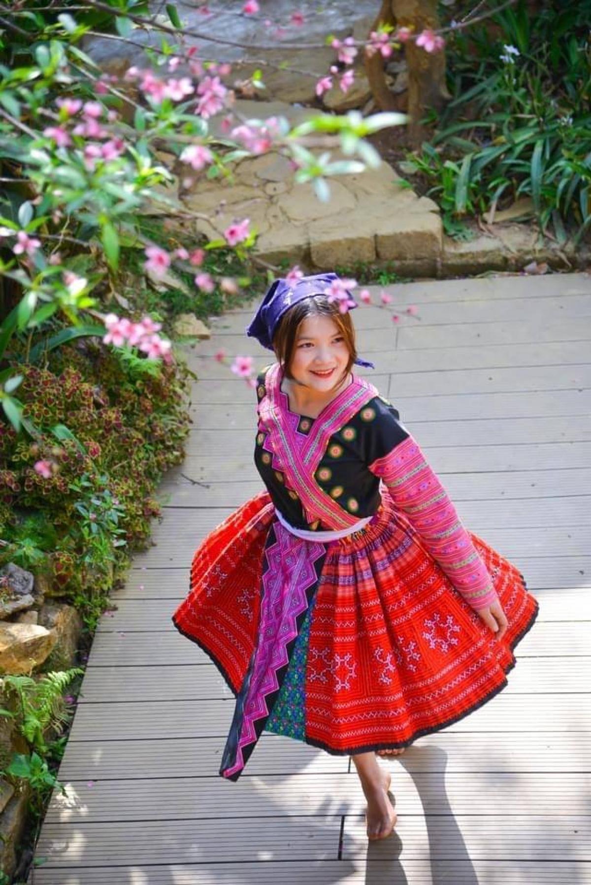 Du khách hóa mình thành thiếu nữ Mông xinh tươi. (Ảnh: A Chu)