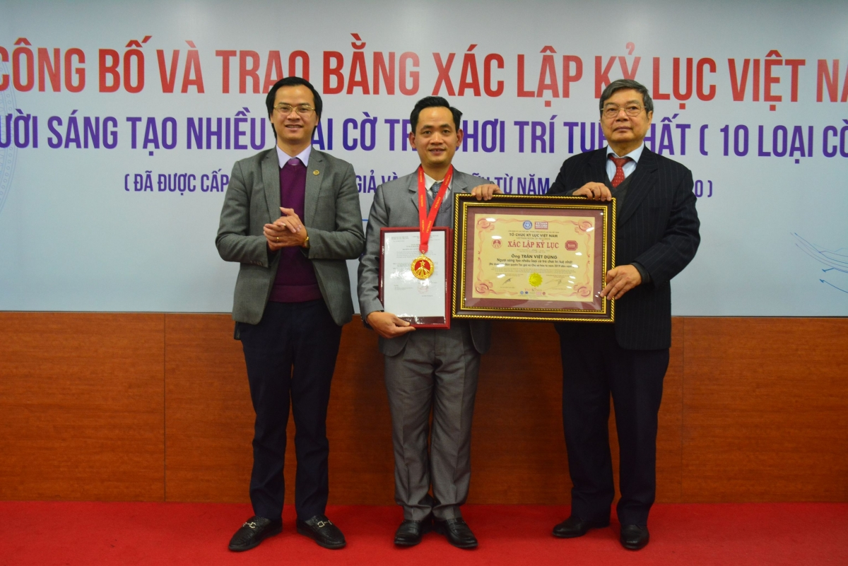 Lãnh đạo Trung ương Hội Kỷ lục gia Việt Nam trao chứng nhận cho Tiến sĩ Trần Việt Dũng.