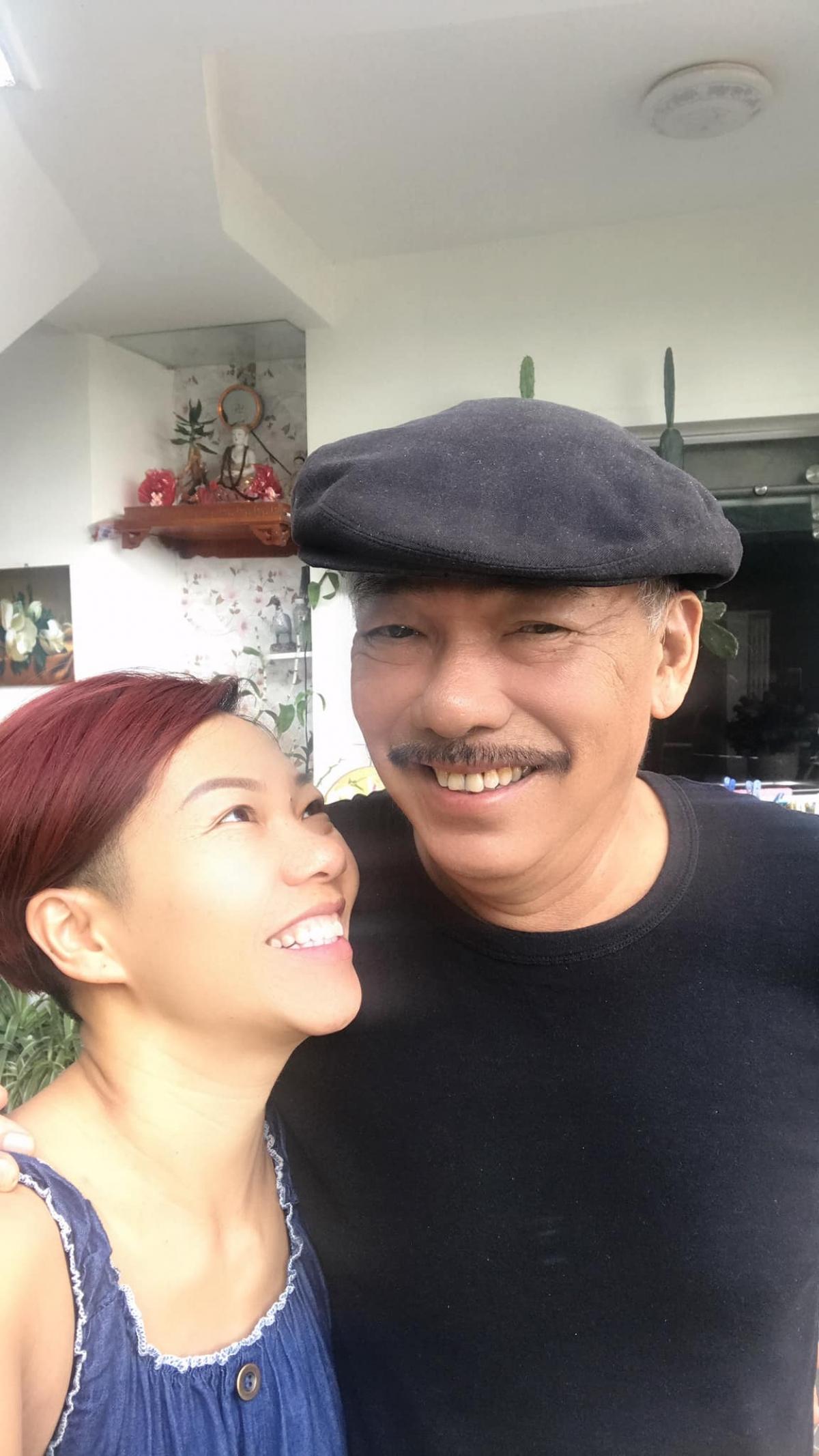 Hình ảnh nữ ca sĩ Trần Thu Hà chụp cùng nhạc sĩ Trần Tiến khi về thăm ông ở Vũng Tàu.