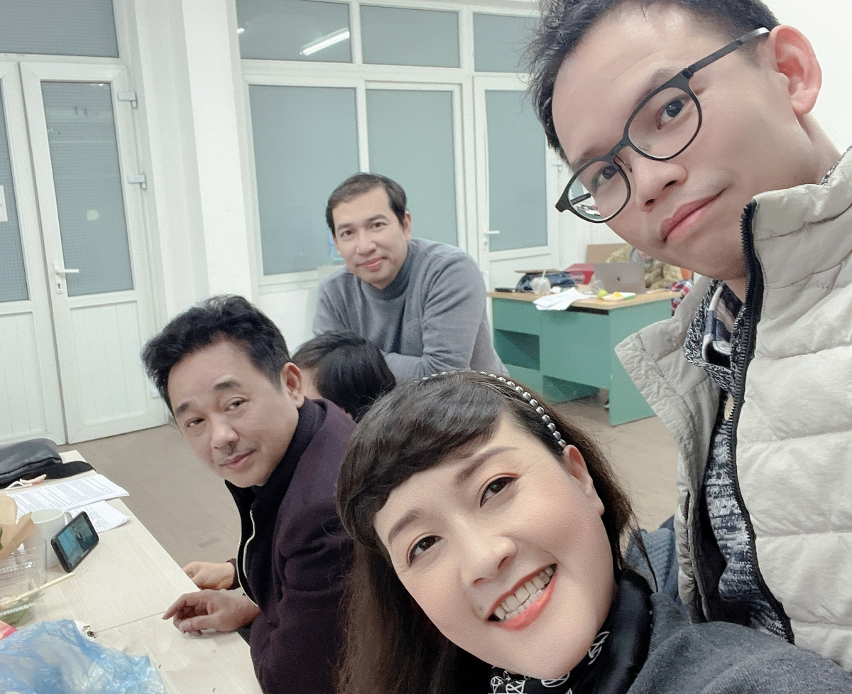 Mặc dù xuất hiện những tin đồn NSƯT Quốc Khánh sẽ không xuất hiện trong chương trình Táo quân 2021, song qua loạt ảnh của nghệ sĩ Vân Dung, sự xuất hiện của anh đã khẳng định chắc nịch rằng anh tiếp tục đảm nhiệm vai diễn Ngọc Hoàng.