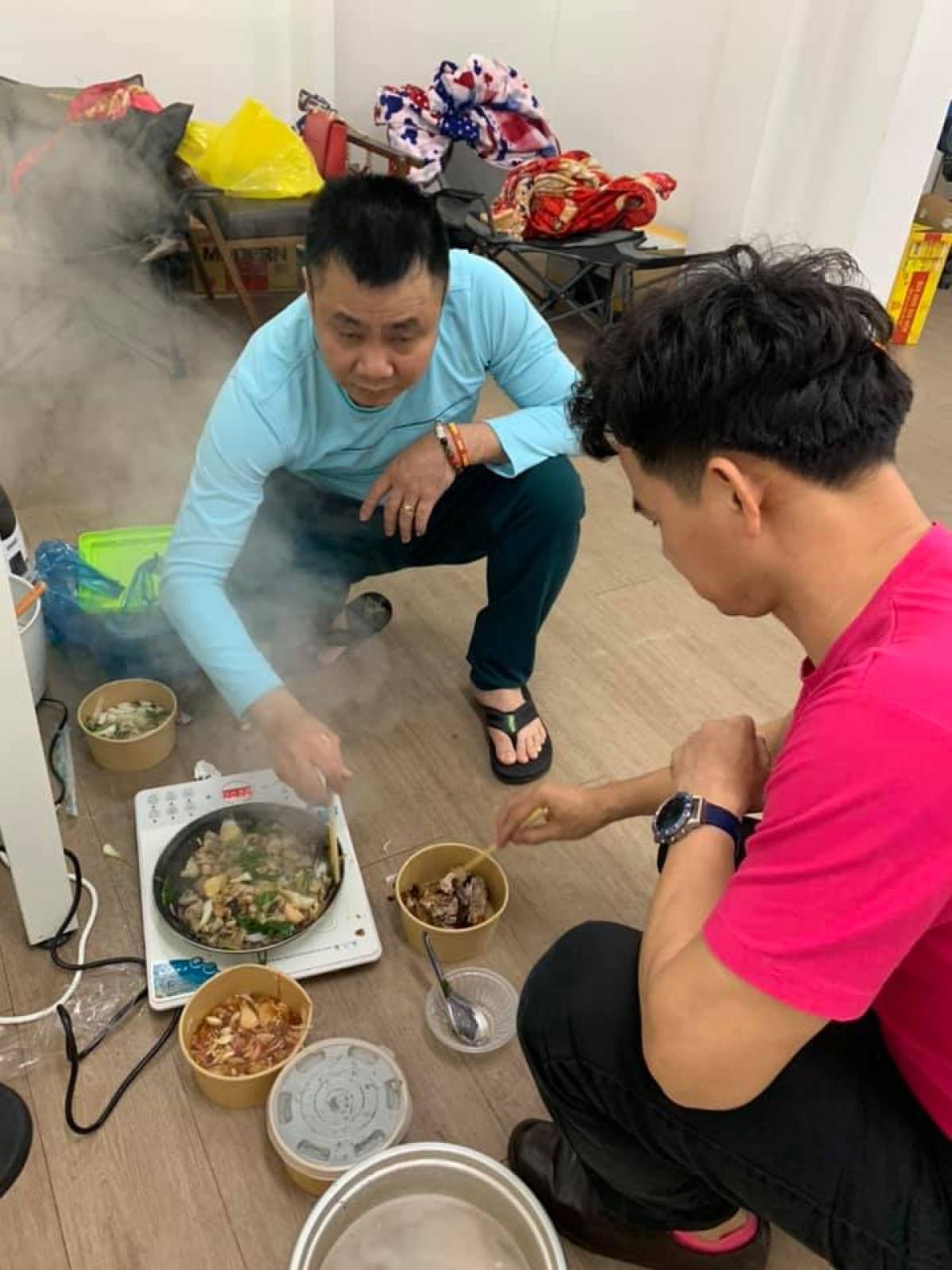 Xuân Bắc và Tự Long hâm nóng thức ăn, phục vụ bữa ăn khuya tại hậu trường tập luyện Táo Quân.
