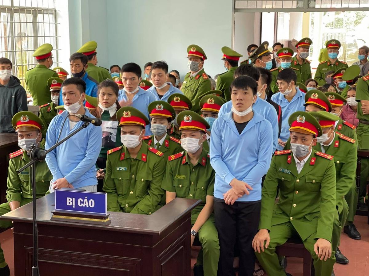 Nhóm bị cáo Nhất, Võ, Kế, Duẫn và các bị cáo kháctại tòa.