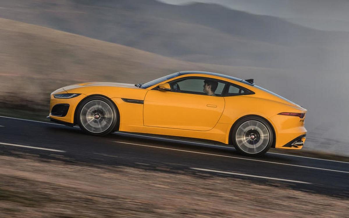 Jaguar F-Type R Coupe – 299 km/h: Đây là chiếc xe bán chạy nhất của Jaguar. Được trang bị động cơ siêu tăng áp V8 5.0L 567 mã lực, khả năng tăng tốc lên 96 km/h trong 3,5 giây.