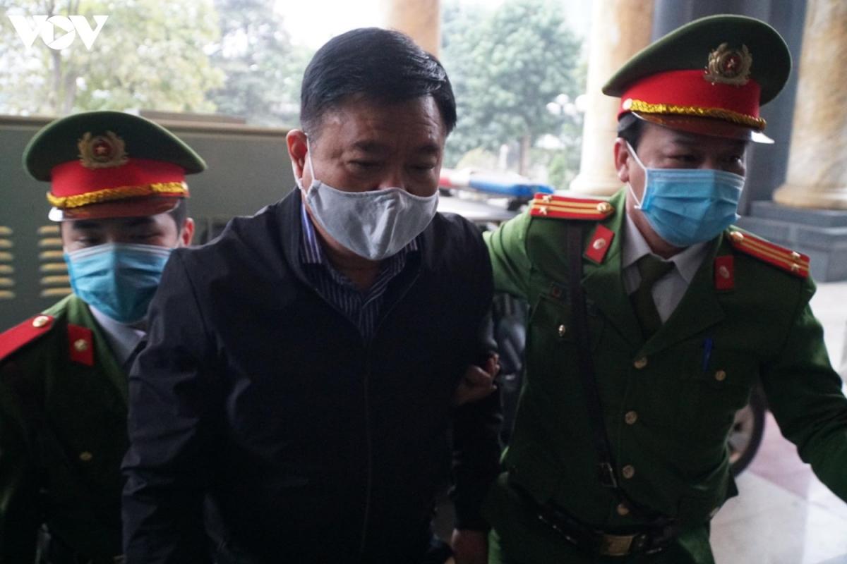Khoảng 7h sáng, bị cáo Đinh La Thăng cùng 11 đồng phạm đã được dẫn giải vào TAND TP Hà Nội.