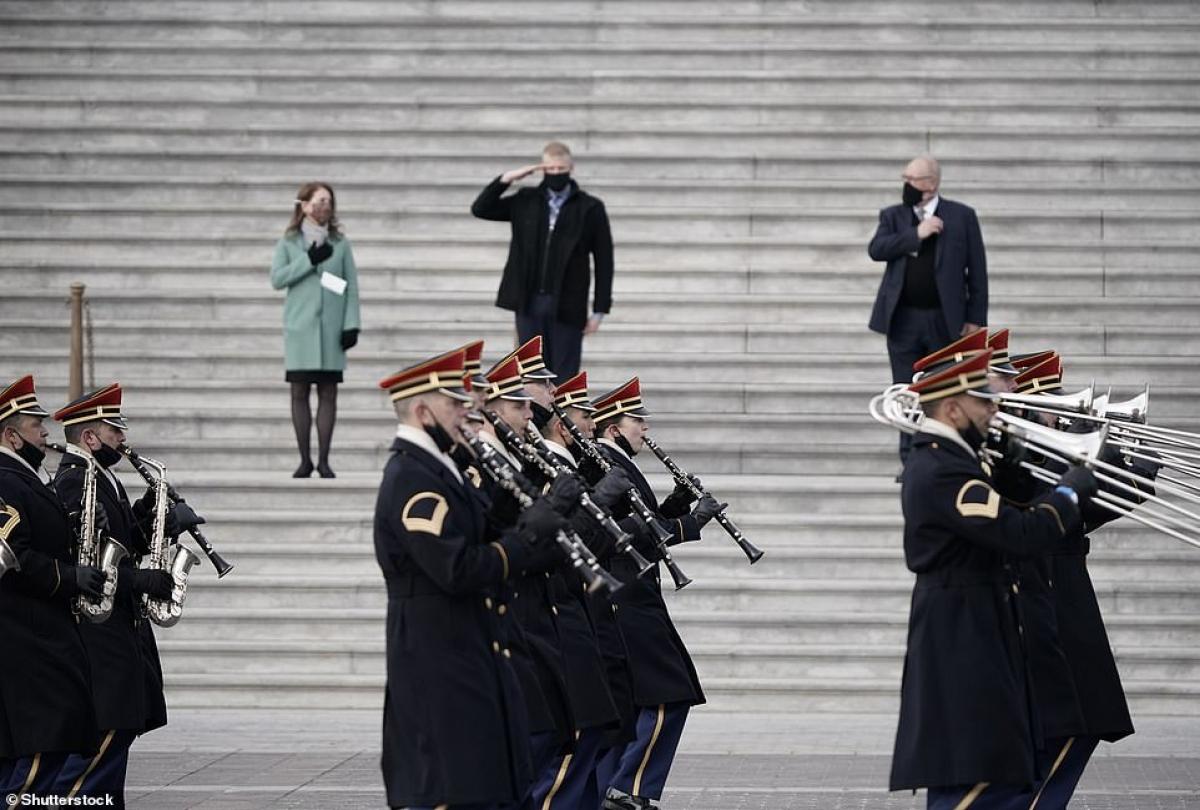 Đoàn quân nhạc diễu hành qua tòa nhà quốc hội trước sự chứng kiến của người đóng vai vợ chồng Tổng thống đắc cử Biden. Ảnh: Shutterstock