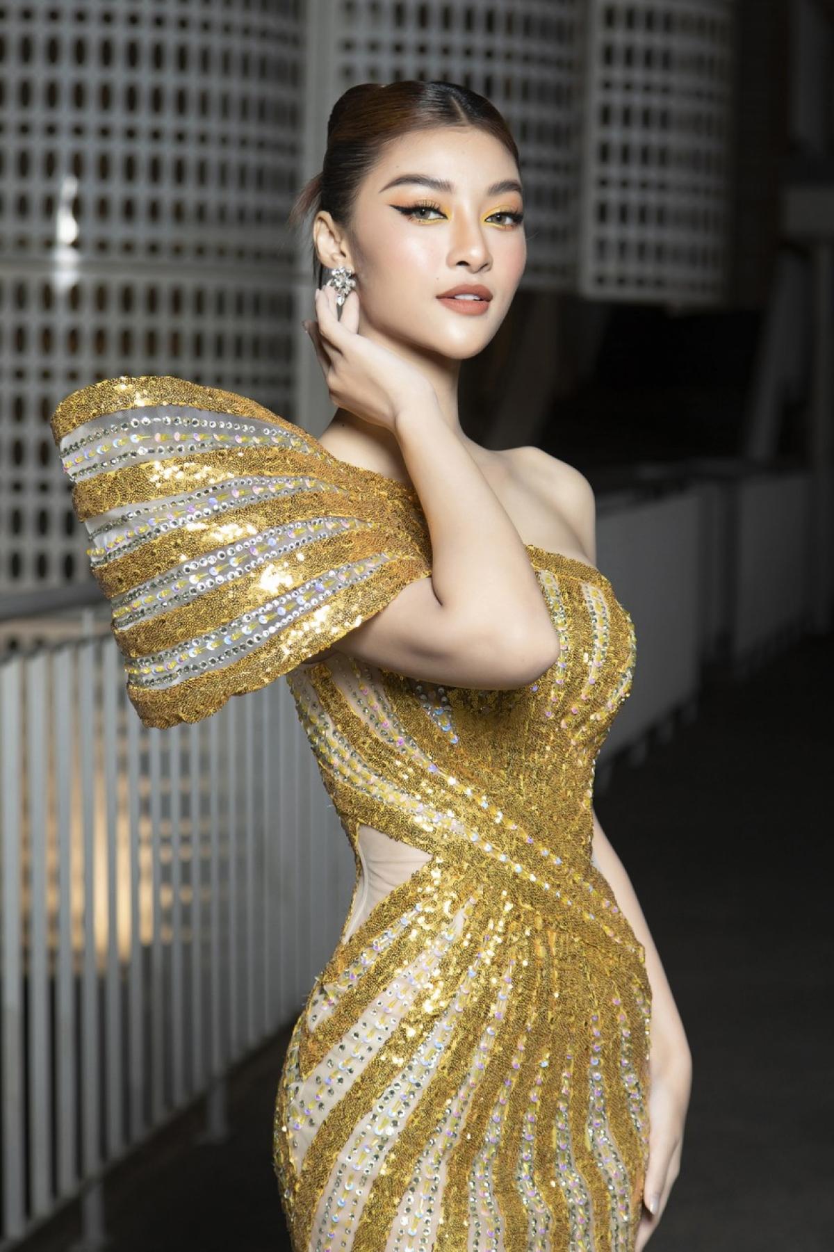 Á hậu Kiều Loan gây sự chú ý với bộ váy dạ hội màu vàng lấp lánh.