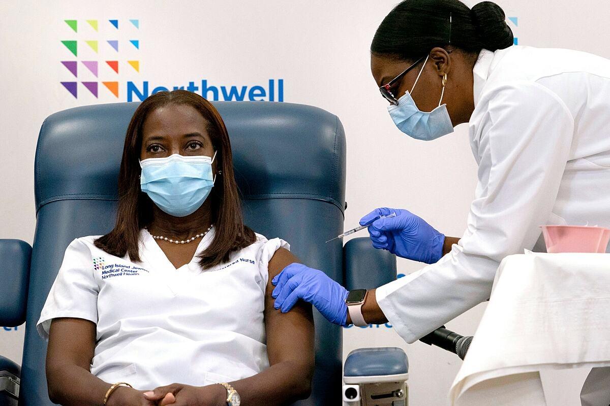 Nữ y tá Sandra Lindsay nhận mũi tiêm vaccine ngừa Covid-19 đầu tiên tại trung tâm y tế Do Thái Long Island ngày 14/12. Ảnh: Reuters