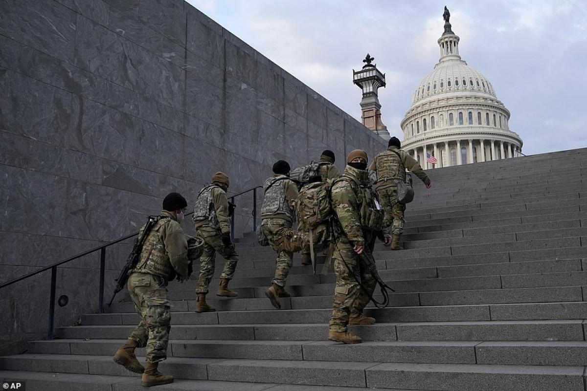Ít nhất 25.000 vệ binh quốc gia được điều động tới thủ đô Washington để đảm bảo an ninh cho lễ nhậm chức ngày 20/1 tới. Con số này nhiều gấp 2,5 lần so với các lễ nhậm chức trước đây. Ảnh: AP