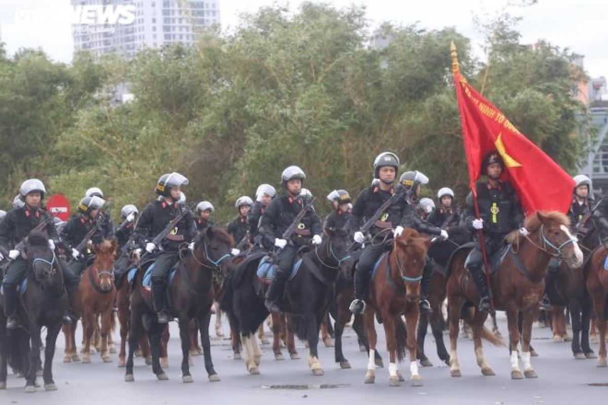 Sau một năm huấn luyện, lần đầu tiên Cảnh sát cơ động kỵ binh được huy động tham gia diễn tập chống biểu tình bạo loạn.