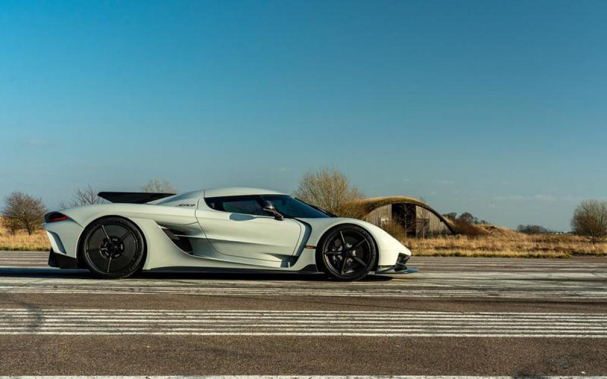 Koenigsegg Jesko Absolut – 491,05 km/h: Chiếc siêu xe đến từ Thụy Điển này có tốc độ ấn tượng nhờ động cơ twin-turbo V8 5.0L sản sinh công suất 1280 mã lực. Đây là động cơ có trục khuỷu V8 nhẹ nhất thế giới và động cơ có thể quay lên tới 8.500 vòng/phút và công suất có thể lên tới 1.600 mã lực nếu sử dụng xăng E85.