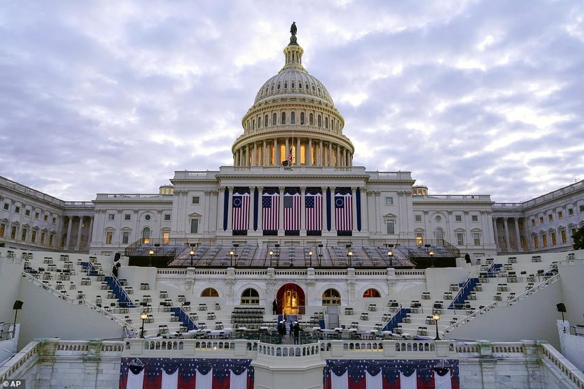 Khu vực mặt tiền của Điện Capitol treo quốc kỳ trước thềm lễ nhậm chức. Ảnh: AP