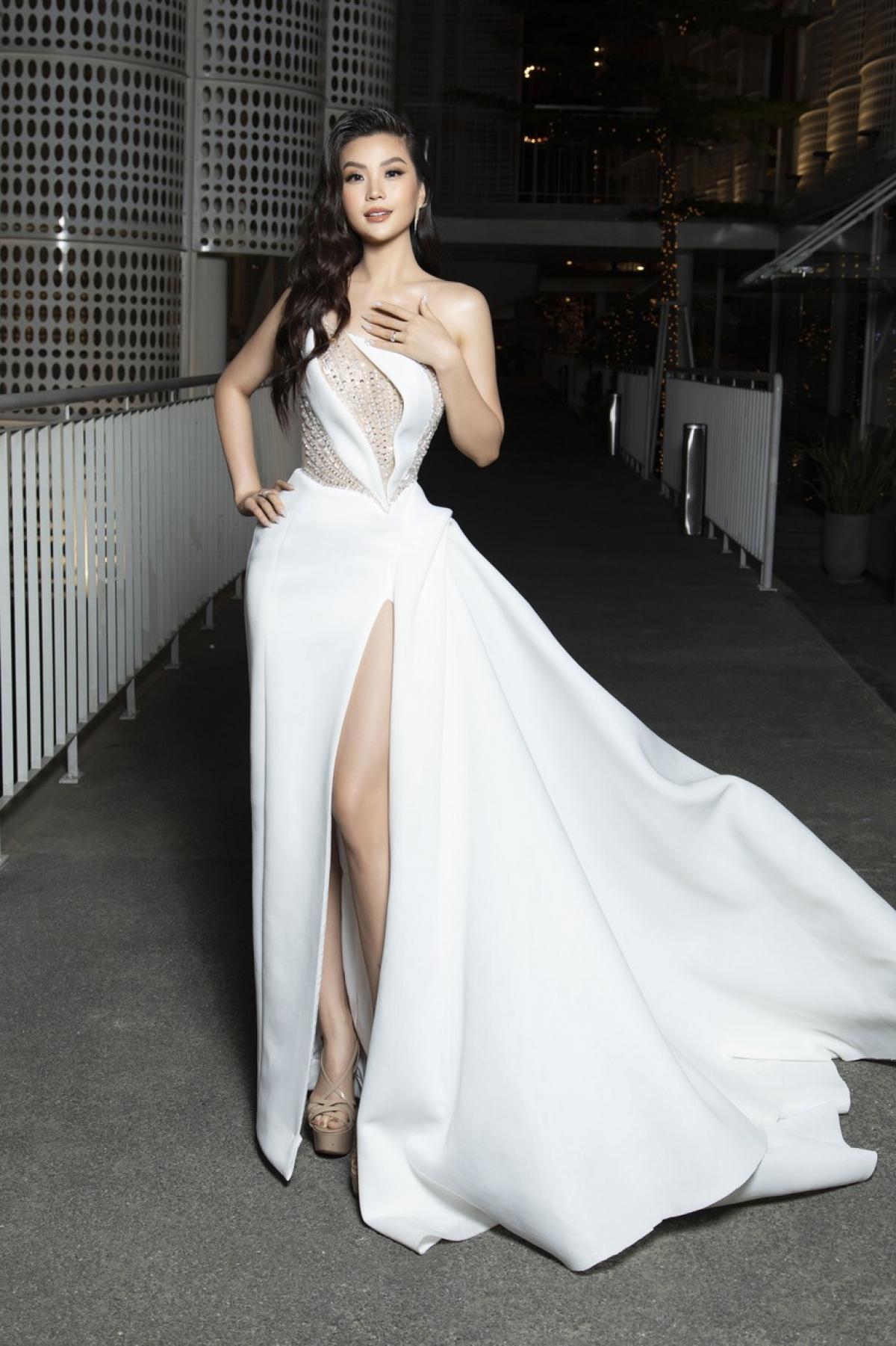 Á hậu Diễm Trang diện váy trắng tinh khôi, đẹp lộng lẫy tại sự kiện.