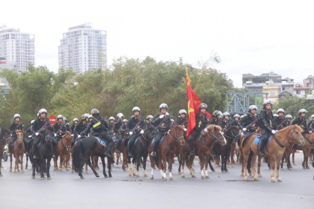 Cảnh sát kỵ binh được trang bị súng, mũ, giáp cho cánh tay và đùi khi làm nhiệm vụ./.