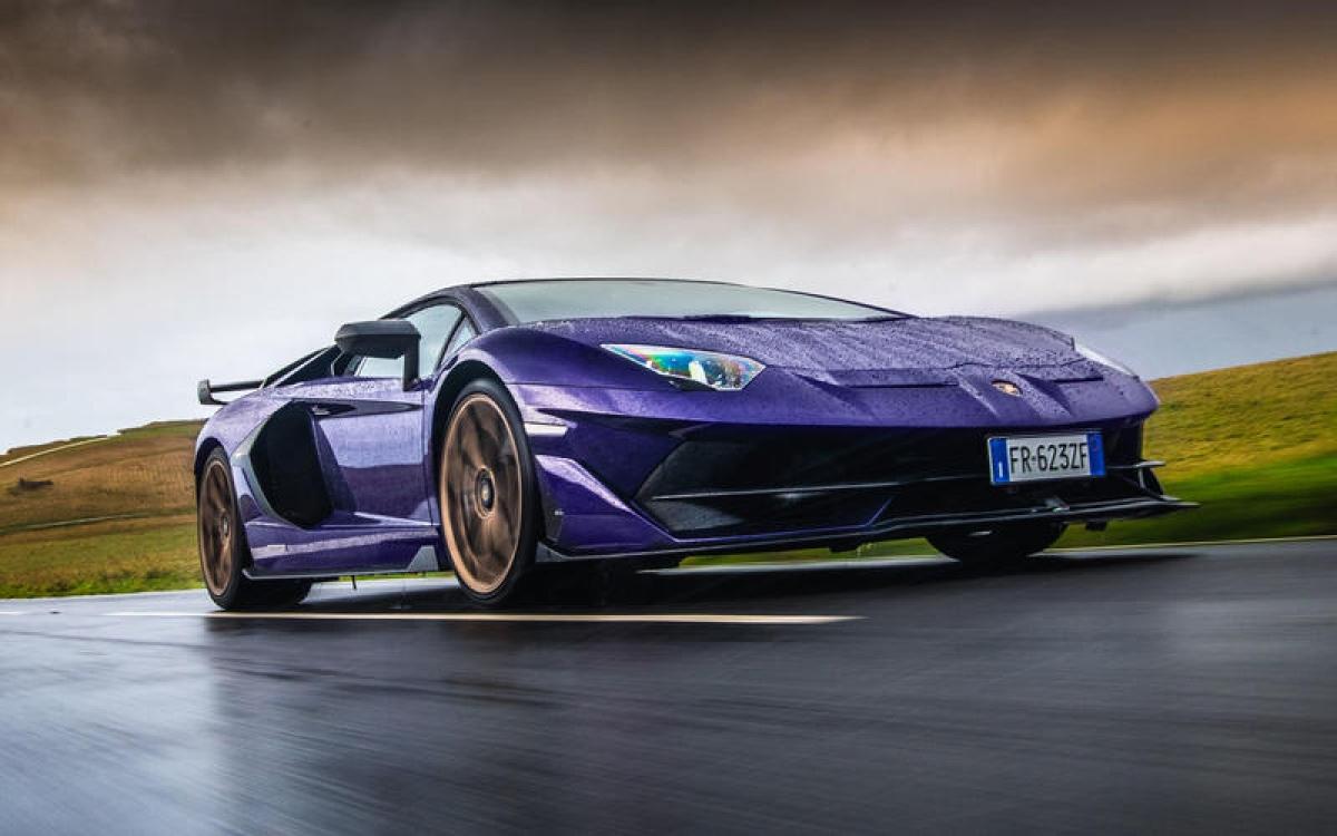 Lamborghini Aventador SVJ – 349,37 km/h: Đây vẫn là một trong những chiếc xe nhanh nhất bạn có thể mua. Với khối động cơ V12 6.5 L 759 mã lực, chiếc siêu xe vẫn có thể đạt được vận tốc ấn tượng mà không cần đến động cơ tăng áp hoặc siêu tăng áp.