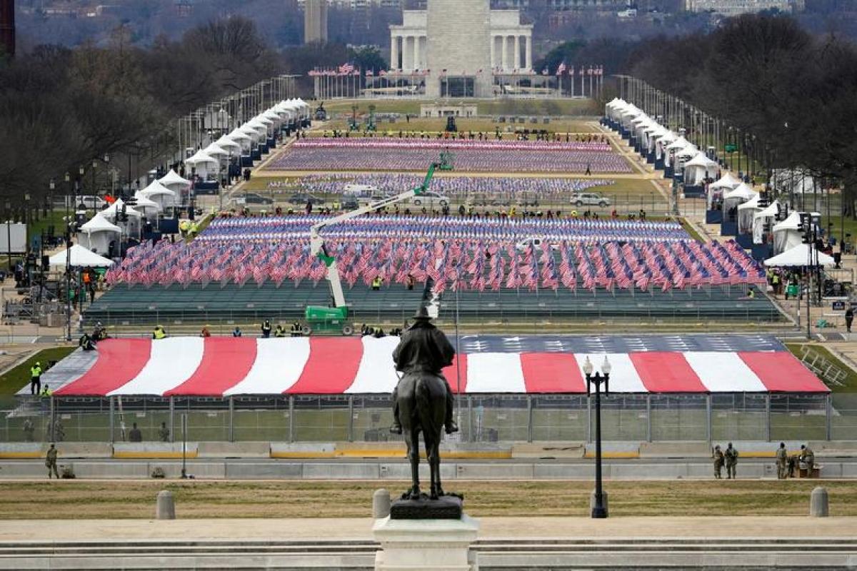 Khu vực công viên National Mall được cắm gần 200.000 lá quốc kỳ. Do lo ngại an ninh, năm nay khu vực này sẽ không mở cửa để công chúng tụ tập chứng kiến lễ nhậm chức của tân tổng thống. Ảnh: Reuters./.