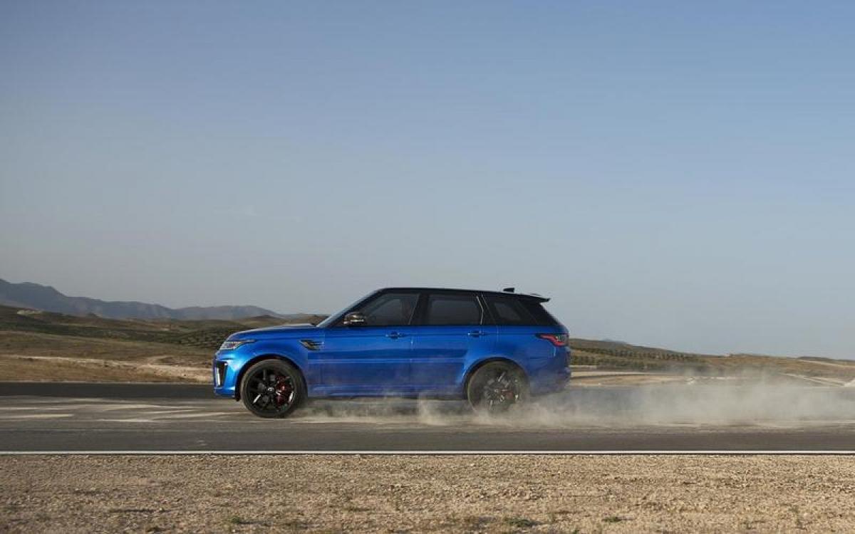 Land Rover Range Rover Sport SVR – 283,36 km/h: Chiếc Range Rover này có cái tên Sport bởi được trang bị động cơ tăng áp V8 567 mã lực giống chiếc Jaguar F-Type R. Điều này khiến chiếc SUV 2,3 tấn nhanh hơn 33,81 km/h so với phiên bản tiêu chuẩn động cơ V8 5.0L 518 mã lực. Chiếc SVR có khả năng tăng tốc từ 0-96 km/h trong 4,3 giây, là chiếc xe tăng tốc nhanh nhất của Range Rover.