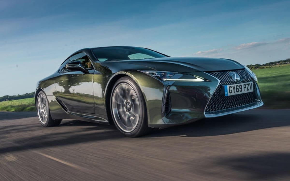 Lexus LC 500 Sport Pack – 270 km/h: Với động cơ V8 5.0 L hút khí tự nhiên, chiếc xe này có thể đạt vòng tua lên tới 9.000 vòng/phút. Thời gian tăng tốc lên 100 km/h là 4,7 giây khiến nó là chiếc xe nhanh nhất của Lexus.