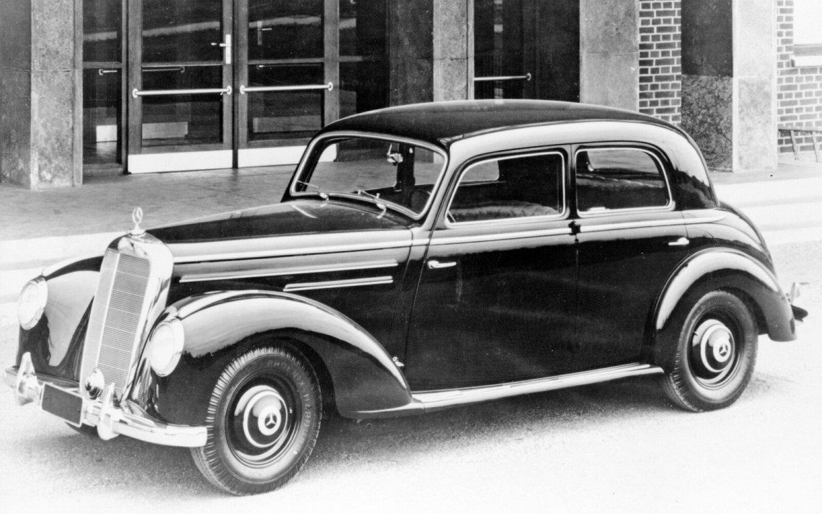 Chiếc S-Class đầu tiên sử dụng động cơ 6 xi-lanh trục cam tiên tiến. Ngoài ra, đây cũng là chiếc xe đi tiên phong với khóa cửa an toàn hình nón, một sự thay thế mạnh mẽ hơn so với khóa cửa truyền thống. Nhờ sự bổ sung này, nó có khả năng ngăn ngừa việc các cánh cửa bị bung ra trong trường hợp bị tai nạn.