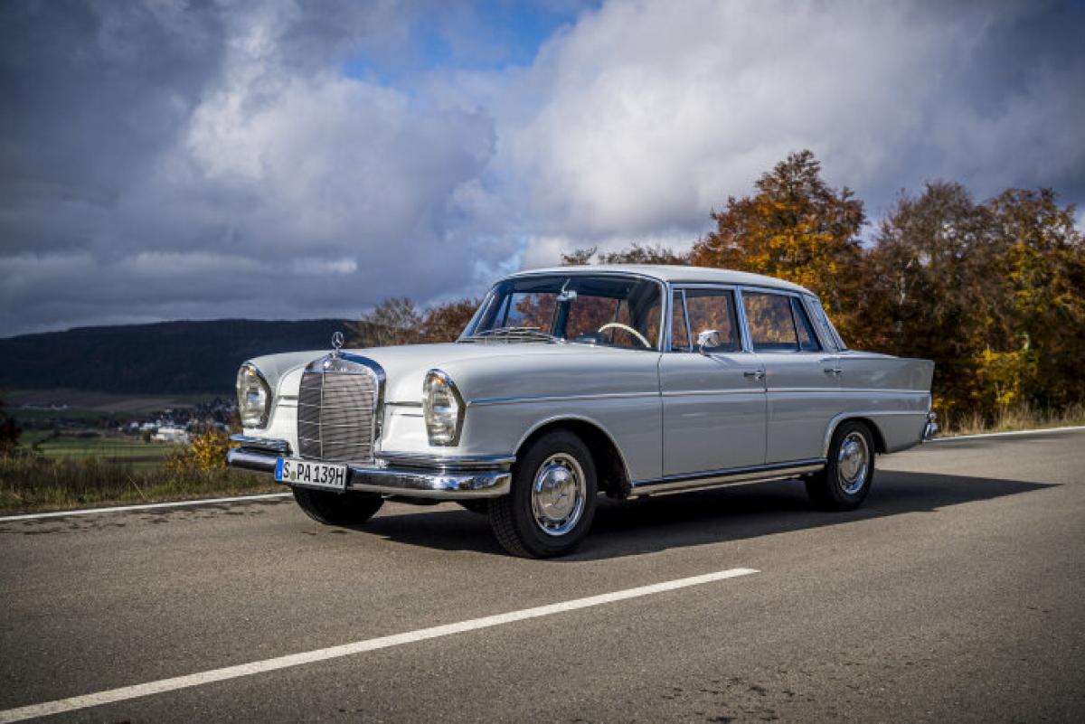 """W111/W112 đi kèm với một loạt những công nghệ mới so với thế hệ tiền nhiệm vốn đã tân tiến, hầu hết là những bước tiến lớn về mặt an toàn. Đầu tiên là vô lăng đệm và """"nội thất giảm chấn thương"""" tổng thể. Nó cũng được trang bị một ô an toàn cho hành khách với các khu vực xung quanh phía trước và sau, đánh dấu lần đầu tiên sử dụng công nghệ này trong một mô hình sản xuất hàng loạt. Ngoài ra, về tính năng an toàn từ năm 1961, động cơ 300SE nhận được một số tính năng như phanh đĩa, hệ thống treo khí và cửa khóa trung tâm."""
