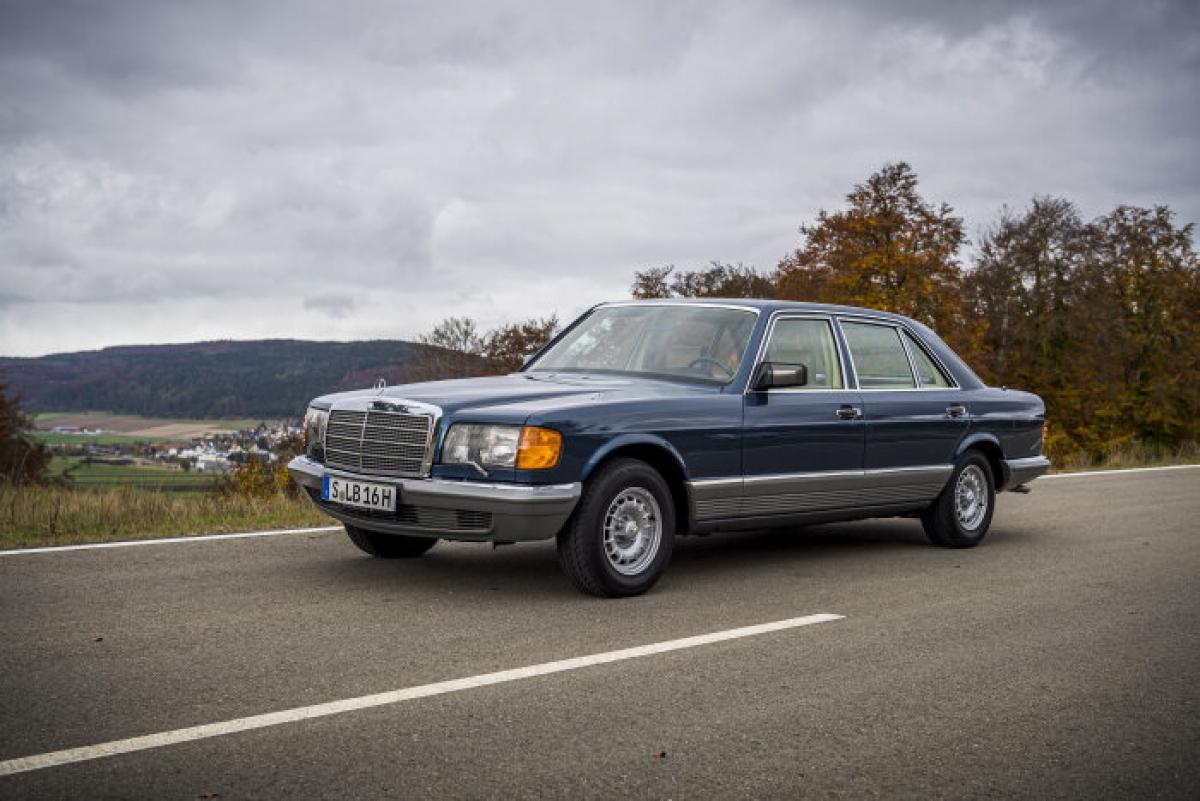 Giống như W111 / W112, những tiến bộ công nghệ của W126 tập trung mạnh vào sự an toàn. Xe được trang bị bộ căng dây an toàn và tùy chọn túi khí người lái từ năm 1981, tùy chọn túi khí hành khách phía trước từ năm 1988, và tùy chọn kiểm soát trượt gia tốc ASR cho các mẫu V8 từ năm 1985. Xe cũng có cột lái điều chỉnh điện là trang bị tùy chọn từ năm 1985.