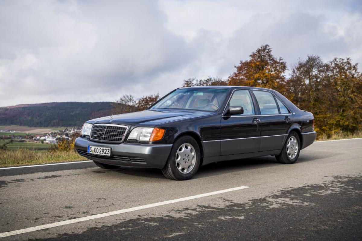 Đây là chiếc xe sản xuất đầu tiên của Mercedes Benz có động cơ 12 xi-lanh, động cơ mạnh nhất của hãng vào thời điểm đó. Những tiến bộ của thế hệ này tập trung vào việc đem lại nhiều tiện nghi nhất có thể. Xe có cửa sổ hai bên lắp kính, tùy chọn đóng điện cho cửa và cốp, hệ thống dây ghép kênh CAN (Mạng vùng điều khiển) dựa trên CAN, hệ thống dẫn đường Auto Pilot System (APS) là trang bị tùy chọn từ năm 1995, tùy chọn đèn pha xenon động và LINGUATRONIC điều khiển bằng giọng nói từ năm 1996.