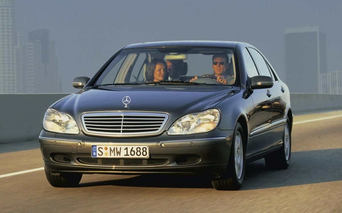 Chiếc W220 được cho là chiếc S-Class đầu tiên của thời hiện đại. Xe được trang bị tất cả các loại công nghệ ô tô mới hoặc mới chớm nở, chẳng hạn như ngắt xi-lanh tự động, hộp số tự động điều khiển điện tử từ năm 2004, tùy chọn hỗ trợ khoảng cách chủ động, tùy chọn hệ thống ủy quyền lái và truy cập không cần chìa KEYLESS GO, hệ thống phòng ngừa bảo vệ người ngồi PRE-SAFE từ năm 2002. Ngoài ra, W220 là chiếc S-Class đầu tiên có các biến thể của AMG với những mẫu S55 và S65, cũng như là chiếc S-Class đầu tiên được cung cấp tùy chọn dẫn động 4 bánh toàn thời gian 4MATIC.
